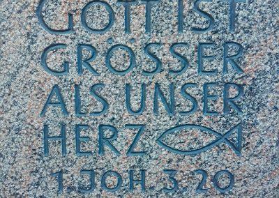 Sinnspruch in Halmstadtgneis graviert und getönt